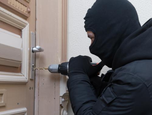 Einbruchschutz Tür: Türschloss sichern (Foto: © benjaminnolte / Adobe Stock)
